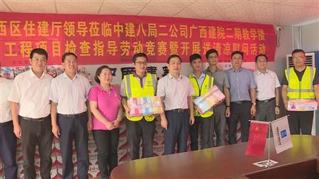 杨绿峰到建院视察工地并为工人送清凉