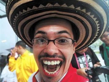 昨天,一名哥伦比亚演员面对镜头做出夸张表情,当日他和众多演员身着民族特色服装参加哥伦比亚国家馆日活动。