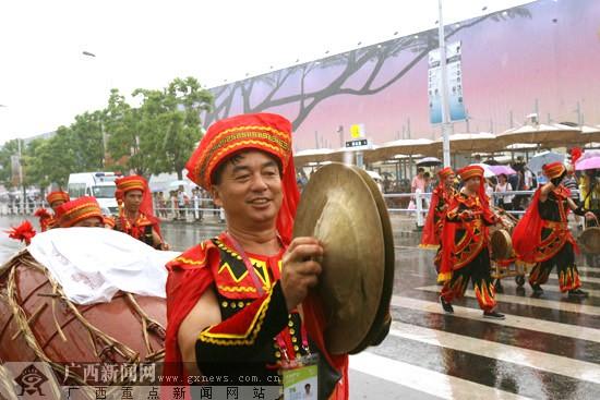 [世博广西周]世博会首场雨中巡游广西造
