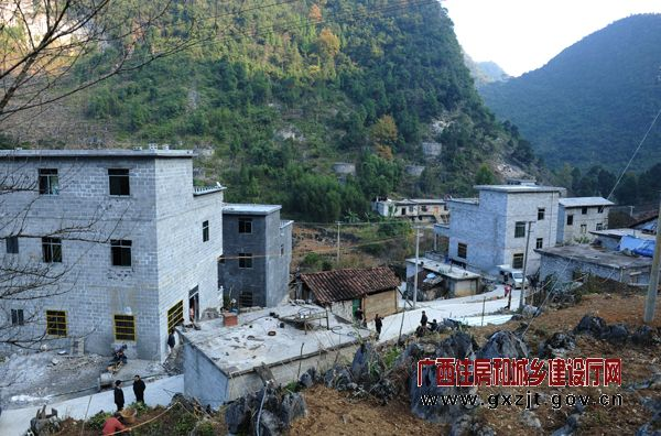 農村小河邊躍層房子圖片