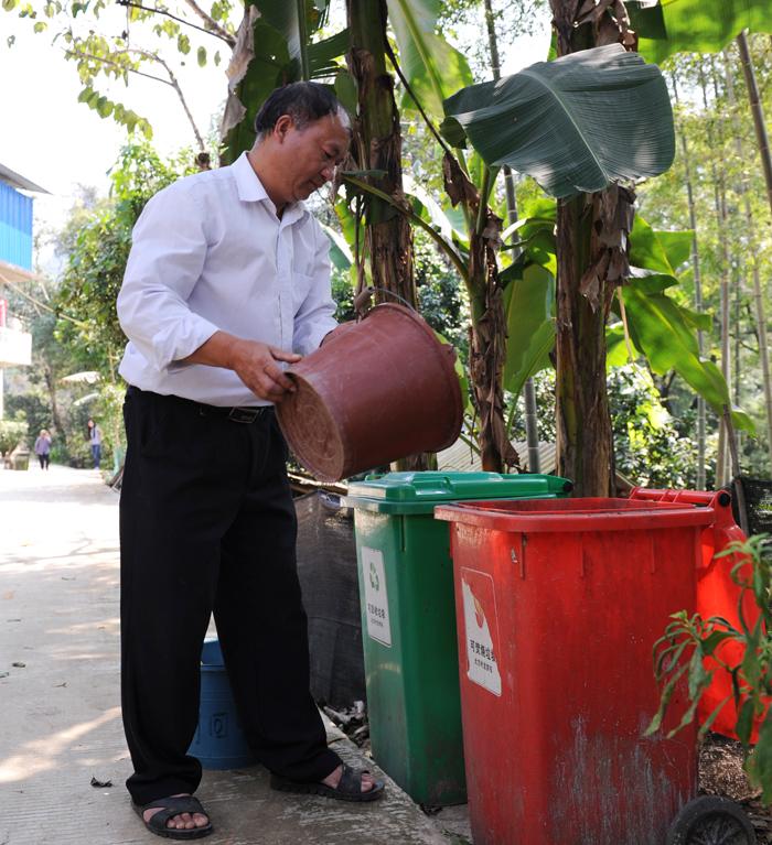 农民自觉把垃圾分类后倒进公共垃圾桶